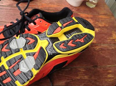 踵の形状も衝撃吸収に効果ありそう - MIZUNO ( ミズノ )/ WAVE RIDER でジョギングもはじめます