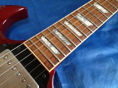 Gibson SG 61 Reissueはハイポジションのプレイアビリティは言うまでもなく、フラット&ワイドなネック)はとても弾きやすい