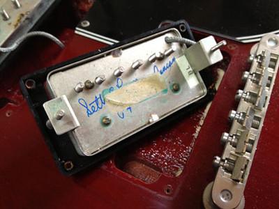 61 ReissueのPUは、通常 Gibson 57クラシックが搭載されているはずなのですが、これにはSEYMOUR DUNCAN ( セイモアダンカン ) / SH-55 Seth Lover modelが載っています。