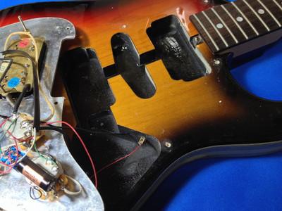 このギターは、元々中古で購入したものですが、(SSHですが)HSHのザグリがしてあったので、ピックガードを加工してフロントにハムバッカーを入れてみるか??