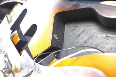 ピックガードにシールド処理をしてキャビティーに導電塗料(ドータイト)を塗ると良いとのこと