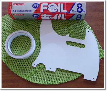 薄い両面テープを貼って、その上に料理用のアルミホイルを貼ります