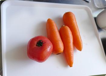 水分の多い食材の調理は、フチ付きまな板が便利