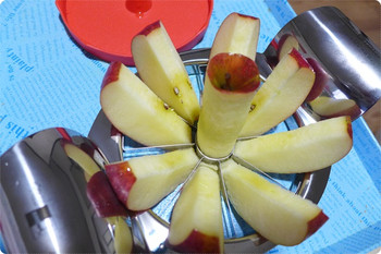 ジャンボアップルカッターは直径12cmまでのリンゴに対応
