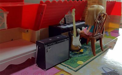 以前発売された、エフトイズのギター/アンプ・フィギュアとリカちゃん人形02
