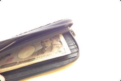 チャックがL字に開くのでお札の出し入れがしやすいのもポイント。