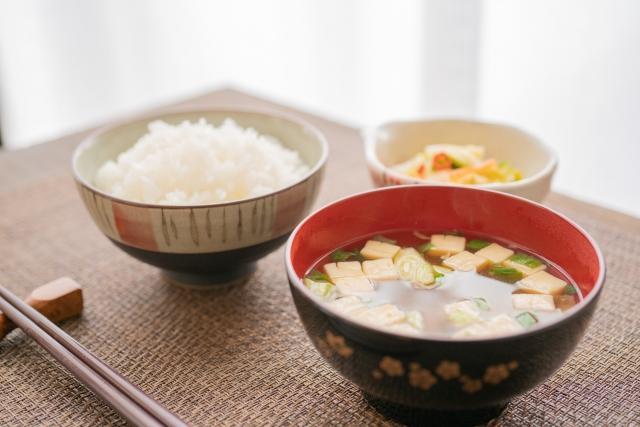 『足識食癒施術法』の食事の基本は白米と味噌汁と白い野菜