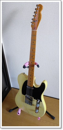 布を巻いたギタースタンドとテレキャスター